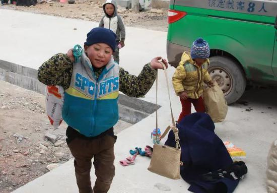 吉觉吉竹往申果乡沙苦新村的外公家搬行李。