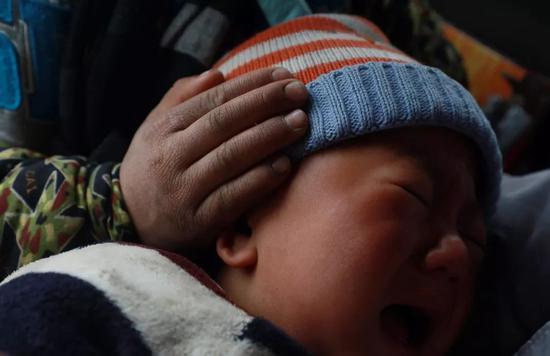 弟弟哭闹,吉觉吉竹把粗糙的小手放在他头上安抚着。