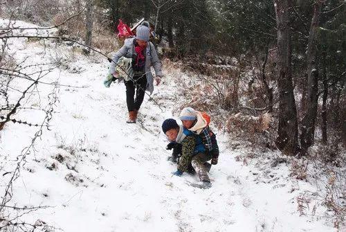 山路陡峭,吉觉吉竹大部分时间要俯蹲着双手扶地前行。