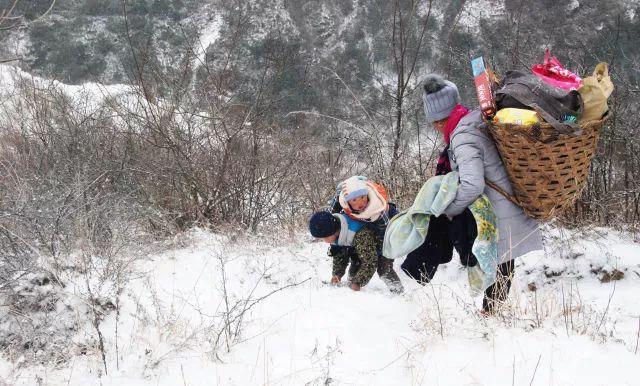 9岁半的吉觉吉竹背着1岁半的弟弟,