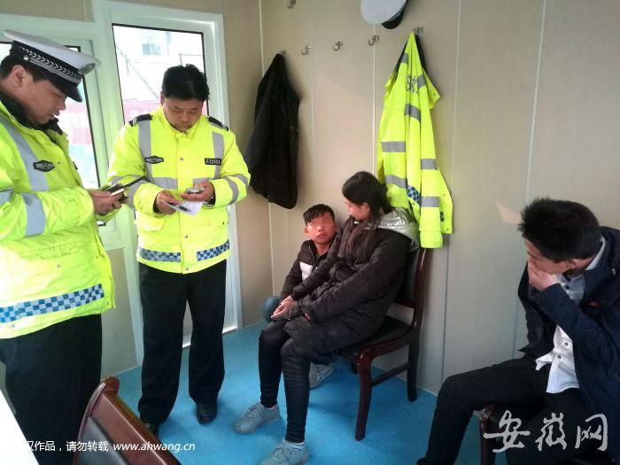 青年(右1)被记者扭进交警岗亭