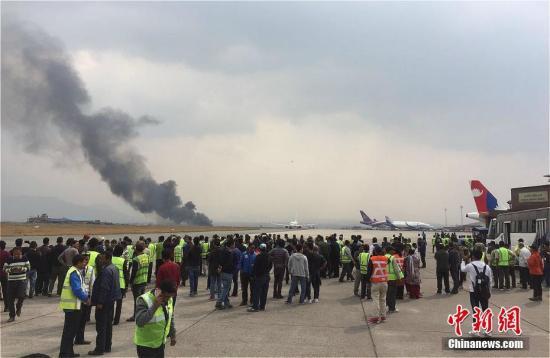 孟加拉国US-Bangla航空公司一架飞机3月12日下午在尼泊尔加德满都特里布万国际机场跑道附近坠毁。图为坠机现场。中新社记者 钟欣 摄