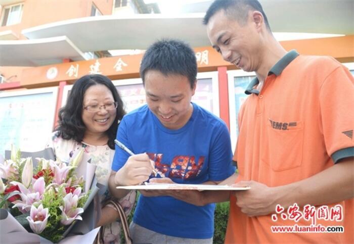 7月26日下午,六安一中高三(18)班学生沈海潮收到了来自上海复旦大学的录取通知书,这也是我市投递的2018年高考第一份录取通知书。记者了解到,沈海潮在今年的高考中取得678分的好成绩,在复旦大学的自主招生中,被该校自然科学实验班(拔尖人才培养计划)录取。市邮政管理局及快递协会相关负责人表示,他们将强化责任、密切合作,确保今年高考录取通知书及时、顺利送达考生手中。( 皖西日报融媒体记者 余浩 王丽 文/图 )