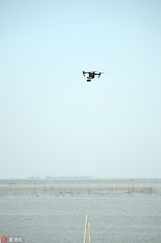 经过公安申报符合要求的央视无人机在飞行拍摄。