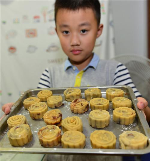 小学生制作手工月饼感受中秋文化