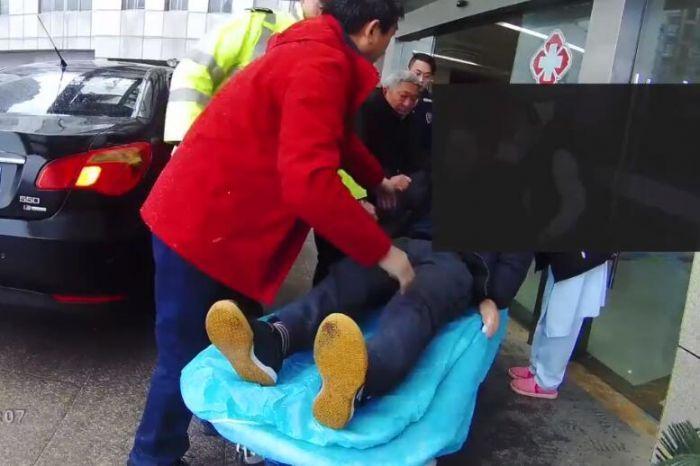 铜陵交警救援被堵高速突发脑溢血病人 怒斥宝马:让路