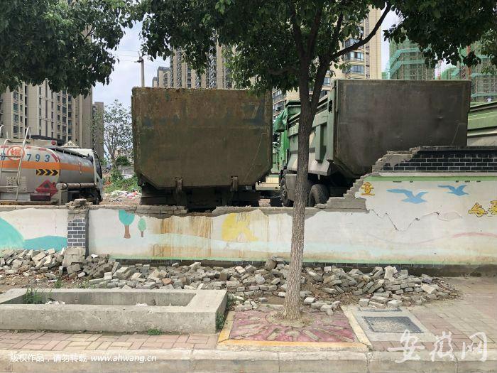 围墙倒塌近半月无人管 砖块都堆在人行道上