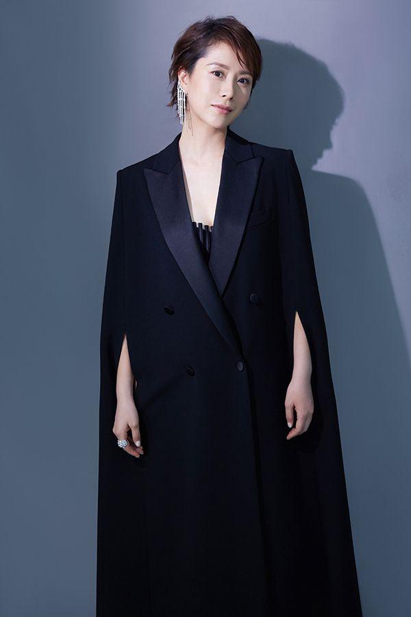 海清演绎早秋黑色斗篷大衣 尽显优雅摩登风范