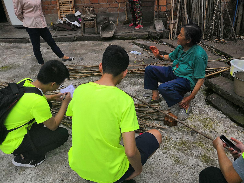 2村民向队员们讲述村里情况。李佳豪 摄.jpg