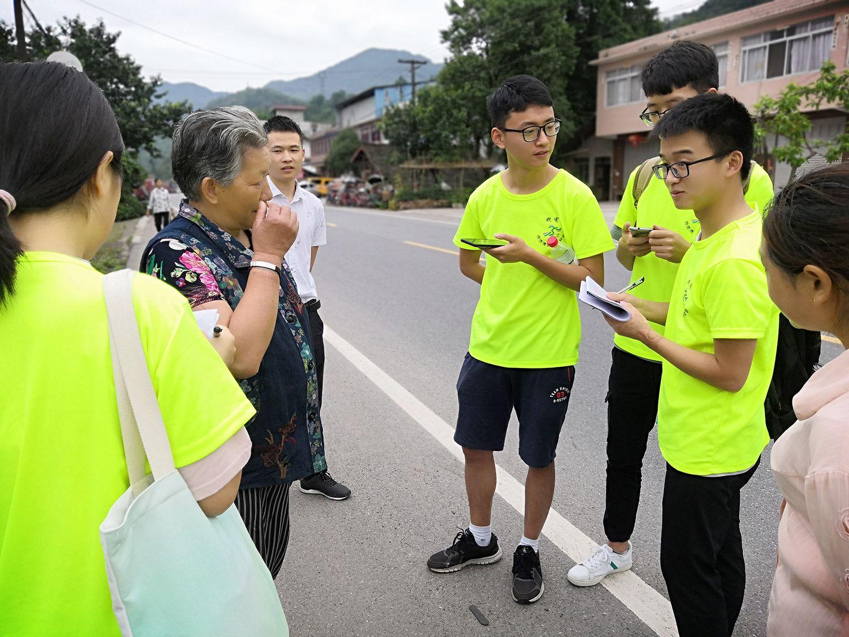1实践队员采访八步乡杨婆婆。黄锐 摄.jpg