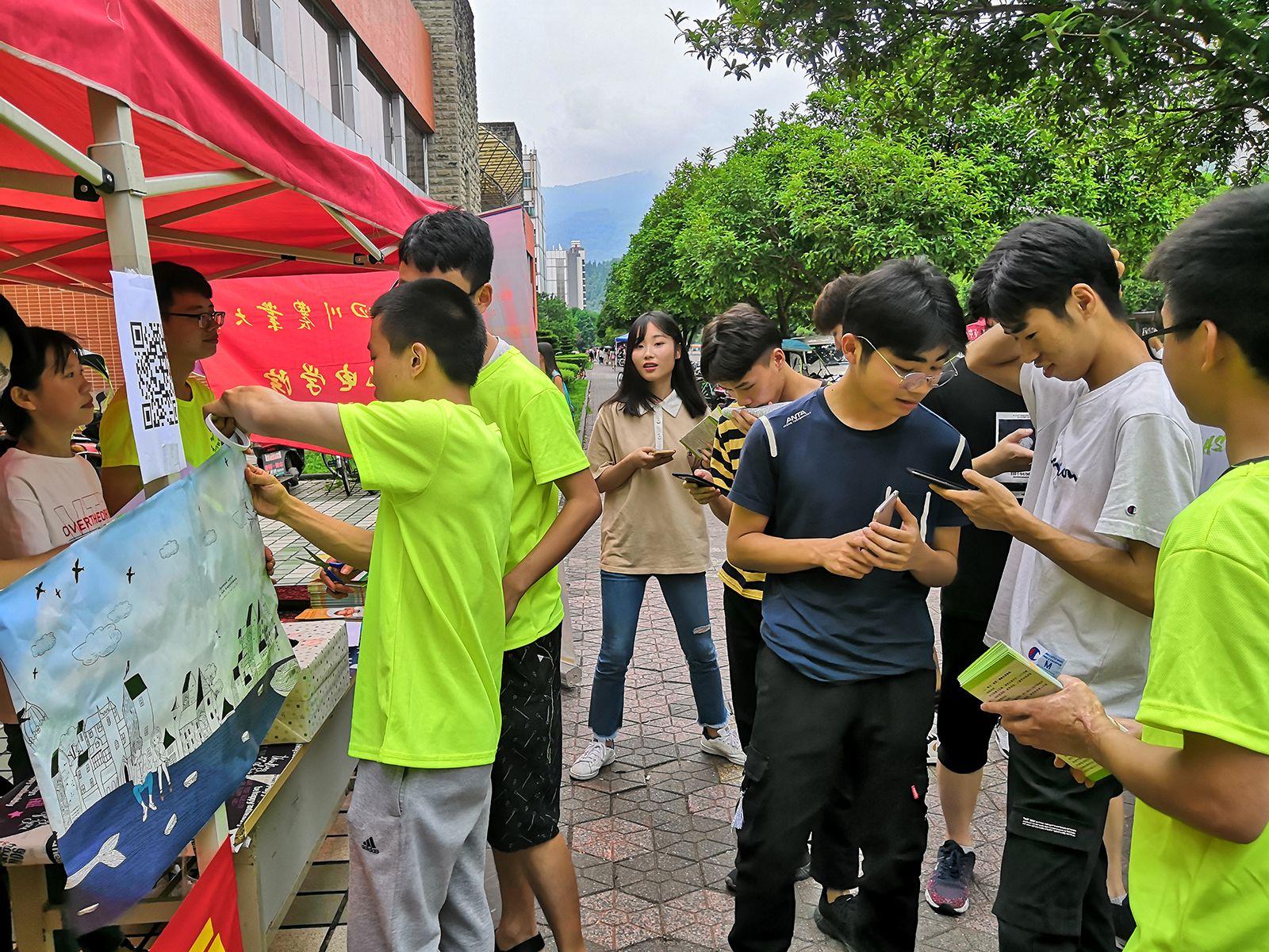4川农校园举行助残主题设点宣传。黄锐 摄.jpg