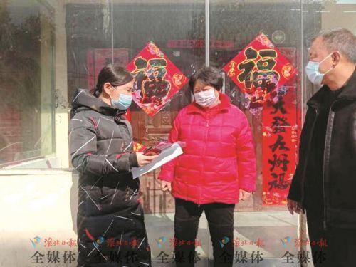 高淑芳向居民宣传疫情防控知识。