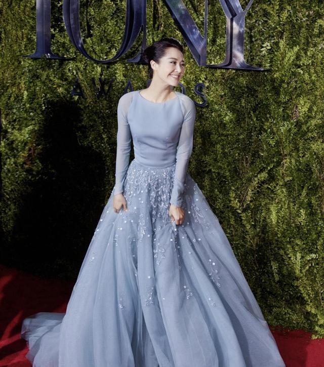 许晴在国外终于高调一回,穿淡蓝色连衣裙配盘发,气质优雅像公主-安青网