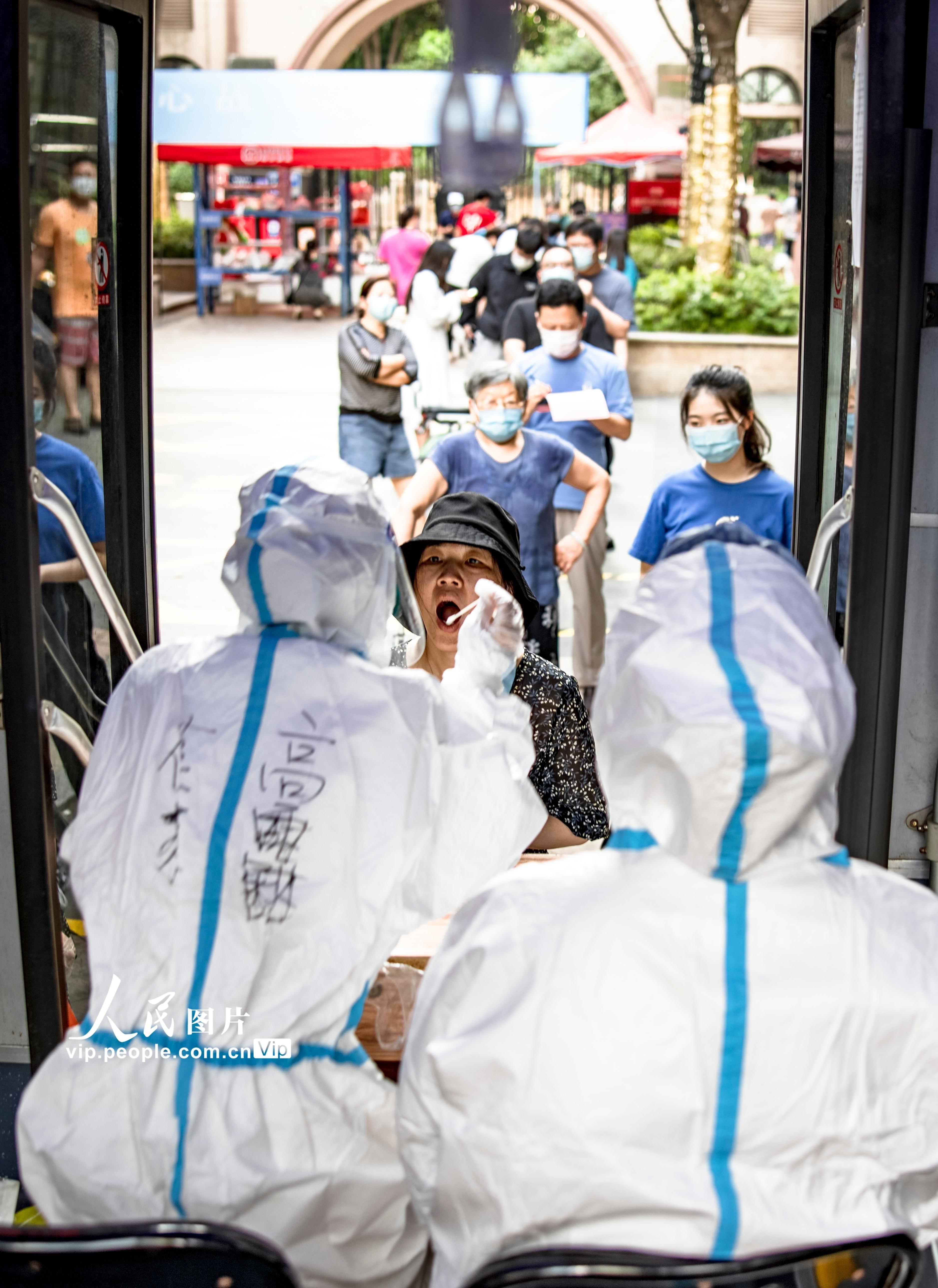 南京:流动核酸采样车现身街头