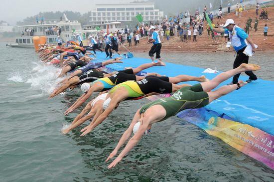 男子组运动员在游泳比赛中。