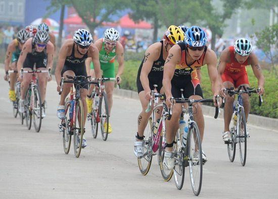 男子组运动员在自行车比赛中。