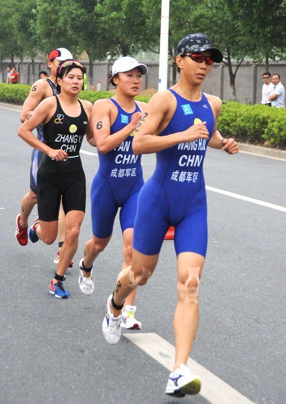 女子组跑步比赛。