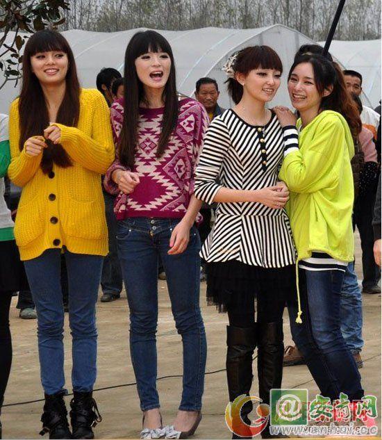 图为安徽卫视主持人韩放(右二)与夏柏(右一)与二位女模特在一起