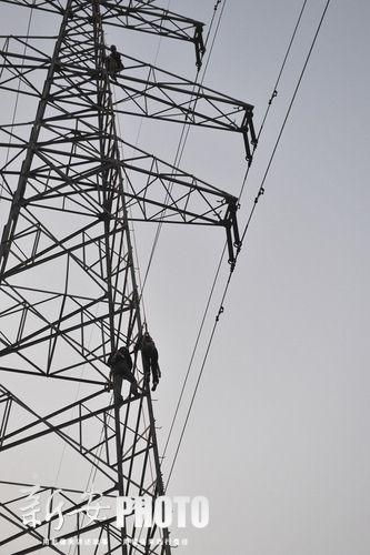 还有22万伏的高压电线悬空