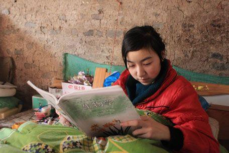 寂寞的时候 小凤梅总是安静地拿着书本看