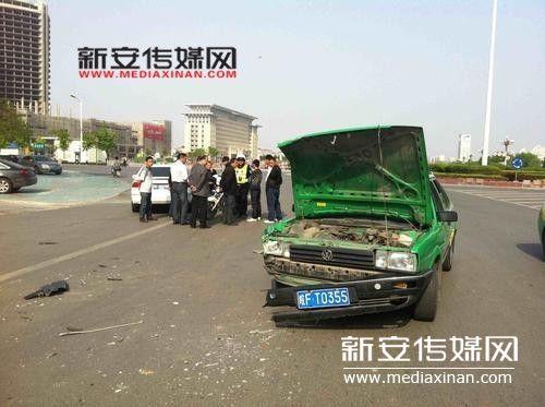 一辆当地出租车与一辆浙c牌照的白色本田轿车相撞.