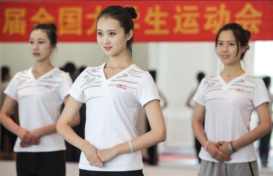 空姐培训_大运会礼仪志愿者参照空姐标准培训