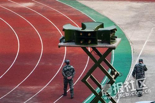 在为时15分钟的防空警报试鸣中,市人防办在蜀山区望龙学校举行防空